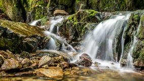 Cascadas del agua, cascadas y rocas que suben Imagenes de archivo