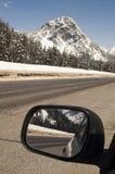 Cascadas del norte que viajan en automóvili Washingto del espejo de Checks Rear View del conductor Imagenes de archivo