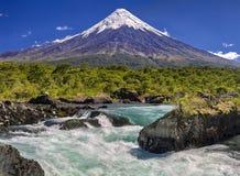 Cascadas delante de Volcano Osorno Chile imagenes de archivo