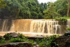 Cascadas durante la estación de lluvias el suelo rojo imagen de archivo
