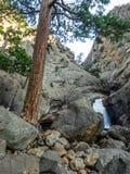 Cascadas en barranco rocoso imagen de archivo libre de regalías