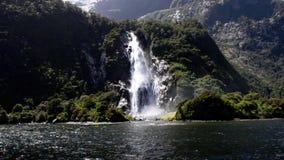 Cascadas en el fiord NZ de Milford Sound