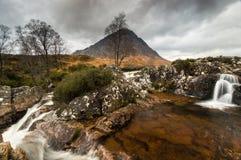 Cascadas en el nr Ballachulish del río imagenes de archivo