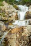 Cascadas en las montañas foto de archivo libre de regalías