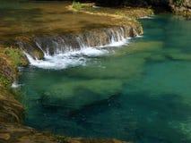 Cascadas en las piscinas claras de Semuc Champey de la turquesa Fotos de archivo libres de regalías