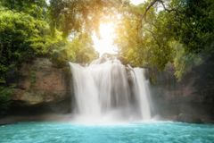 Cascadas hermosas asombrosas en bosque tropical en la cascada de Haew Suwat en el parque nacional de Khao Yai, Nakhonratchasima,  imagenes de archivo
