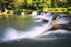 Cascadas hermosas en el bosque profundo puro del PA nacional de Tailandia Imagenes de archivo