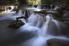 Cascadas hermosas en el bosque profundo puro del parque nacional de Tailandia Fotografía de archivo