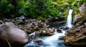 Cascadas hermosas en la naturaleza verde, caídas de Wainui, Abel Tasman, Nueva Zelanda fotos de archivo