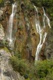 Cascadas hermosas entre las montañas Foto de archivo libre de regalías