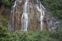 Cascadas hermosas entre las montañas verdes Imagen de archivo