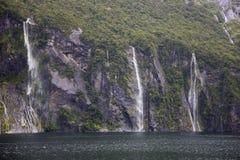 Cascadas pooring abajo en Milford Sound Imagen de archivo