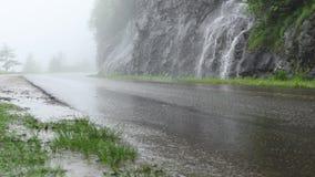 Cascadas que vierten sobre Cliff On Blue Ridge Parkway almacen de metraje de vídeo