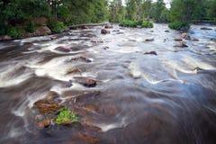 Cascadas salvajes de la cala en Suecia Imagen de archivo libre de regalías