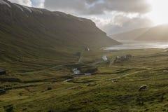 Cascadas sopladas dramáticamente ascendentes por una tormenta pesada que hace que miran como los tubos de vapor, los Faroe Island imagen de archivo