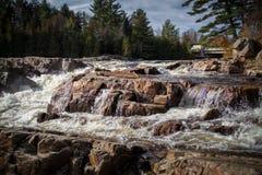Cascadas tempestuosas y espumosas de la corriente de la agua fría Fotografía de archivo