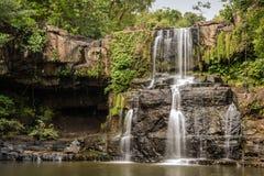 Cascadas tropicales hermosas en el parque nacional del movimiento, Koh Kood Island, Tailandia. Foto de archivo libre de regalías