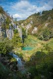 Cascadas y colinas en Plitvice imagen de archivo