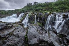 Cascade à écriture ligne par ligne étonnante en Islande Photos stock