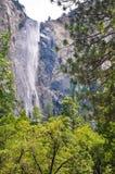 Cascade à écriture ligne par ligne au stationnement national de Yosemite photo libre de droits