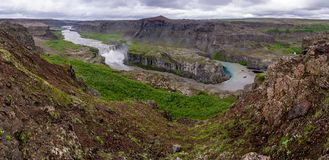 Cascade à écriture ligne par ligne de Hafragilsfoss en Islande Photo stock