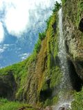 Cascade à écriture ligne par ligne de montagne Fleuve rapide de montagne Rivière de montagne d'eaux de plus près de la source Reg image stock