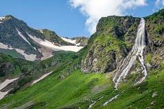 Cascade à écriture ligne par ligne de montagne Fleuve rapide de montagne Rivière de montagne d'eaux de plus près de la source Reg images stock