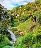 cascade à écriture ligne par ligne de plitvice de stationnement national de lacs de la Croatie image stock