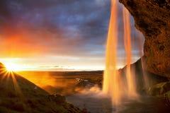 Cascade à écriture ligne par ligne de Seljalandfoss au coucher du soleil, Islande images stock