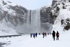 Cascade à écriture ligne par ligne de Skógafoss en Islande photos stock