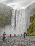 Cascade à écriture ligne par ligne de Skogafoss en Islande images libres de droits