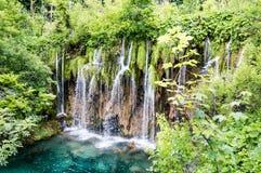 Cascade à écriture ligne par ligne en stationnement national de lacs Plitvice Photographie stock