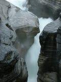 Cascade à écriture ligne par ligne au canyon de Mistaya Photos stock