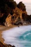Cascade à écriture ligne par ligne au coucher du soleil images libres de droits