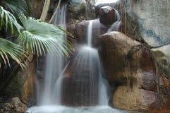 Cascade à écriture ligne par ligne aux jardins de Busch Image libre de droits