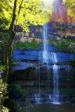 Cascade à écriture ligne par ligne aux montagnes bleues Photographie stock