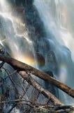 Cascade à écriture ligne par ligne avec l'arc-en-ciel photos libres de droits