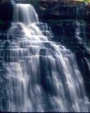 Cascade à écriture ligne par ligne blanche de cascade Image libre de droits