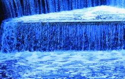 Cascade à écriture ligne par ligne bleue Photographie stock
