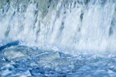 Cascade à écriture ligne par ligne bleue Photo stock