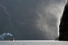 Cascade à écriture ligne par ligne célèbre de fjord célèbre Photographie stock