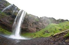 Cascade à écriture ligne par ligne célèbre de Seljalandsfoss, Islande Images stock
