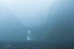Cascade à écriture ligne par ligne chez Milford Sound Photos libres de droits