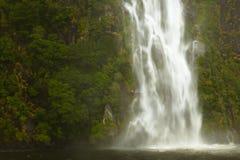 Cascade à écriture ligne par ligne chez Milford Sound Images stock