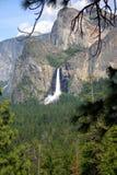 Cascade à écriture ligne par ligne chez Yosemite Photos stock