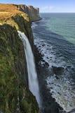 cascade à écriture ligne par ligne costale de falaises de fond Photographie stock libre de droits