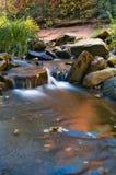 Cascade à écriture ligne par ligne d'automne photos stock
