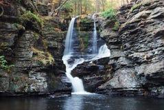Cascade à écriture ligne par ligne d'automne en montagne photos libres de droits