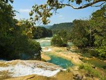 Cascade à écriture ligne par ligne d'Azul d'Aqua dans Chiapas Mexique Photo stock