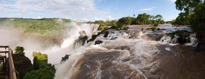 Cascade à écriture ligne par ligne d'Iguacu avec l'arc-en-ciel Photos libres de droits